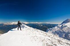 一名妇女在山天冬天 库存图片