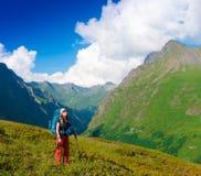 一名妇女在山天夏天 绿色森林 库存照片