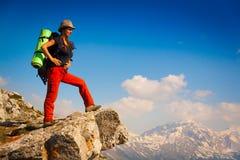 一名妇女在山天夏天 免版税库存照片