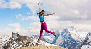 一名妇女在山天秋天 上涨 库存图片