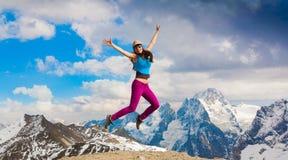 一名妇女在山天秋天 上涨 库存照片