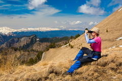 一名妇女在山天秋天 免版税库存图片