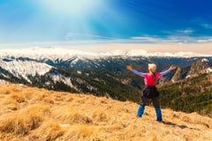 一名妇女在山天秋天 免版税库存照片