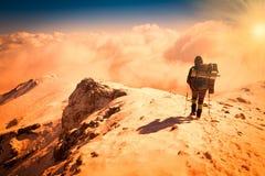 一名妇女在山日落冬天 唯一 多云天空 晴朗的光芒 库存照片