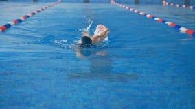 一名妇女在水池,关闭游泳  股票录像