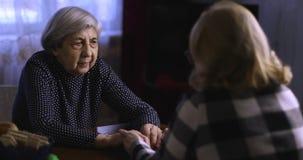 一名妇女安慰有灰色头发的一位资深女性 股票录像