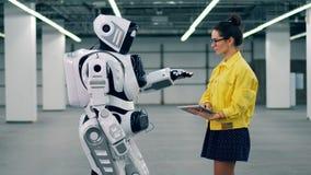 一名妇女检查droid的工作,键入在片剂 股票视频