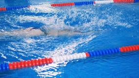 一名妇女游泳在水池车道的爬行 4K 股票录像