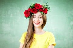 一名妇女的五颜六色的画象有花花圈的 免版税库存照片