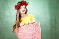 一名妇女的五颜六色的画象有花花圈的 免版税图库摄影