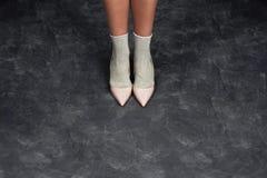 一名妇女的亭亭玉立的腿在黑背景的演播室 时装杂志 添加您的文本 免版税库存图片
