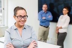 一名妇女的企业画象有两个人的在背景中 库存图片