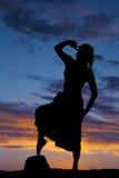 一名妇女的剪影一条裙子腿的在头发的手 免版税图库摄影