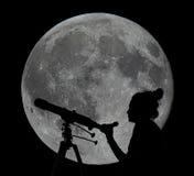 一名妇女的剪影有望远镜月亮观察的 库存照片