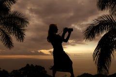 一名妇女的剪影有照相机神色的对边 库存图片