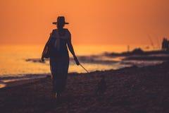 一名妇女的剪影海岸的 免版税库存照片