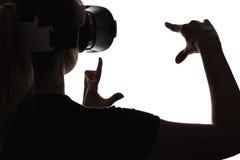 一名妇女的剪影虚拟现实眼镜的  免版税库存图片