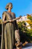 一名妇女的古铜色雕象有孩子的在巴黎,法国 库存照片