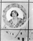 一名妇女的图象假日花圈的(所有人被描述不更长生存,并且庄园不存在 供应商保单t 免版税库存照片