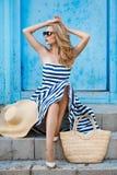 一名妇女的夏天画象草帽的 免版税库存照片