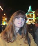 一名妇女的夜画象在城市街道上的 免版税库存照片