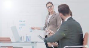 一名妇女的成功的企业介绍在办公室 图库摄影
