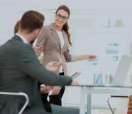 一名妇女的成功的企业介绍在办公室 免版税图库摄影