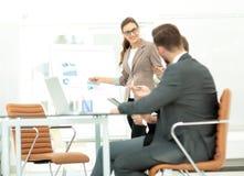 一名妇女的成功的企业介绍在办公室 免版税库存照片