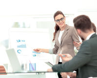 一名妇女的成功的企业介绍在办公室 库存图片