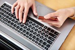 一名妇女的手有信用卡的 免版税库存图片