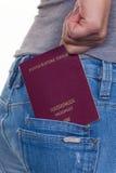 一名妇女的手有护照的 库存图片