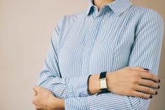 一名妇女的播种的图象企业衬衣和手表的 免版税库存照片