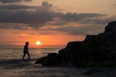 一名妇女的日落和shlhouette墨西哥湾的在圣皮特海滩附近,佛罗里达 库存照片