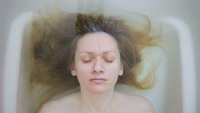 一名妇女的特写镜头没有构成的,在浴 影视素材