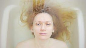 一名妇女的特写镜头没有构成的,在浴 股票视频