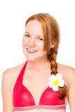 一名妇女的特写镜头画象有一朵plumer花的在她的头发 免版税库存图片