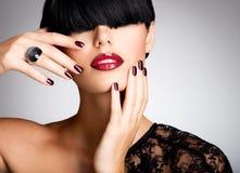 一名妇女的特写镜头面孔有美丽的性感的红色嘴唇和黑暗的na的 免版税库存照片