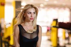 一名妇女的画象健身房的 免版税库存图片