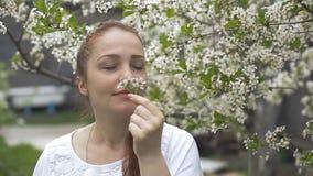 一名妇女的画象在一个美丽的开花的庭院里 影视素材