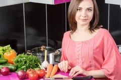 一名妇女的画象在厨房里 库存照片