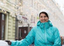一名妇女的画象在莫斯科街道上的在冬天在俄罗斯 免版税库存图片