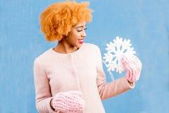 一名妇女的画象有人为雪花的在蓝色背景 免版税库存图片