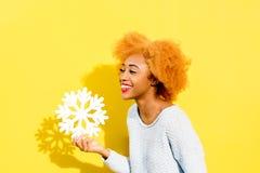 一名妇女的画象有人为雪花的在黄色背景 图库摄影