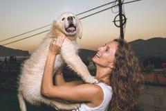 一名妇女的画象有她的小狗的在她的胳膊 免版税图库摄影