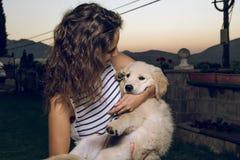 一名妇女的画象有她的小狗的在她的胳膊 库存照片