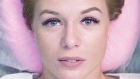 一名妇女的画象有延长的睫毛的 股票录像