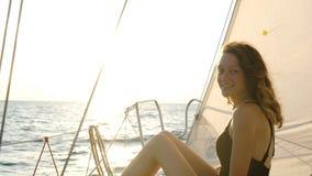 一名妇女的画象泳装航行的在海上的一条游艇弓的 股票录像