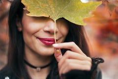 一名妇女的画象秋季的 库存图片