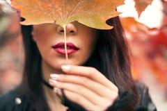 一名妇女的画象秋季的 免版税库存照片