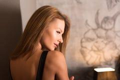 一名妇女的画象站立在卧室的一身庄重装束的 免版税库存图片